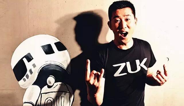"""一条红色条幅悬挂在ZUK总部的办公区域,上面写着:从FUCK到LUCK,只剩下28天。这是ZUK手机面世的倒数。 这是一家年轻的手机公司,当我们看到这个条幅的时候,才刚刚运营了100天整,期间还经历了一次换帅——6月2日,原ZUK副总裁、合伙人常程出任CEO。这位曾主导过联想笔记本和智能手机研发,后以联想乐商店""""掌柜的""""被网友熟识的人,正式走到台前。 7月21日,ZUK的倒计时条幅已经变成了""""20天"""",还没到露面的时候。然而在这一天"""
